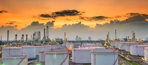 Soleil se couchant sur une énorme usine de chimie